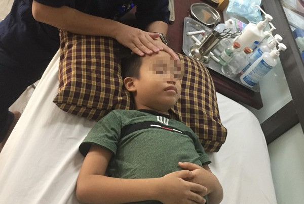 Bé trai 8 tuổi liệt mặt, méo miệng do thói quen dùng điều hòa sai cách - Ảnh 2.