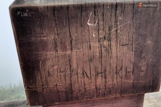 """Chi chít vết khắc tên và """"lời yêu thương"""" trên đỉnh Fansipan (Sapa), tại sao đi du lịch cứ phải để lại """"dấu vết""""? - ảnh 15"""