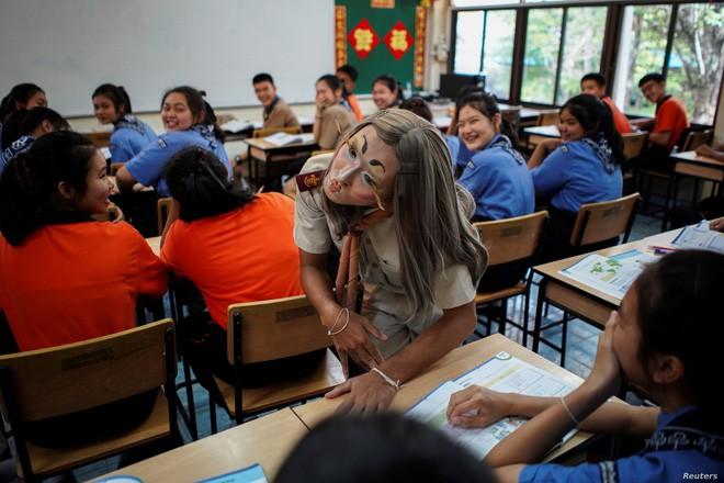 Thấy lớp quá thụ động, thầy giáo liền đội tóc giả bắt chước Lisa (BLACKPINK) và trang điểm cực ấn tượng để khuấy động không khí - Ảnh 3.