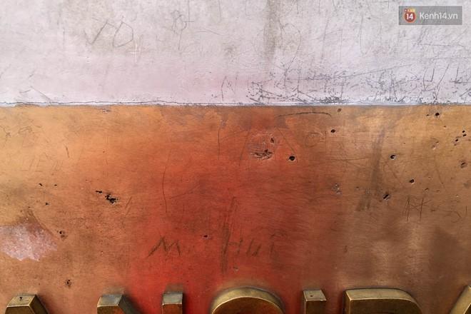 """Chi chít vết khắc tên và """"lời yêu thương"""" trên đỉnh Fansipan (Sapa), tại sao đi du lịch cứ phải để lại """"dấu vết""""? - ảnh 4"""