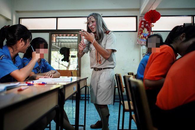 Thấy lớp quá thụ động, thầy giáo liền đội tóc giả bắt chước Lisa (BLACKPINK) và trang điểm cực ấn tượng để khuấy động không khí - Ảnh 4.