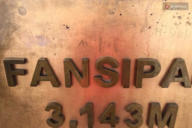 """Chi chít vết khắc tên và """"lời yêu thương"""" trên đỉnh Fansipan (Sapa), tại sao đi du lịch cứ phải để lại """"dấu vết""""? - ảnh 7"""