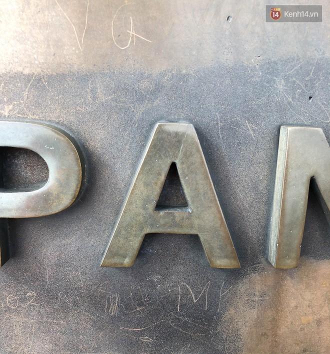 """Chi chít vết khắc tên và """"lời yêu thương"""" trên đỉnh Fansipan (Sapa), tại sao đi du lịch cứ phải để lại """"dấu vết""""? - ảnh 9"""