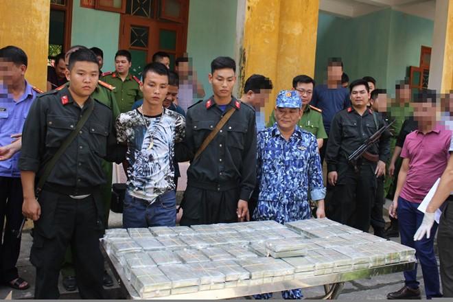 Thêm vụ vận chuyển trái phép 100 bánh heroin bị phát hiện ở Hoà Bình - Ảnh 1.