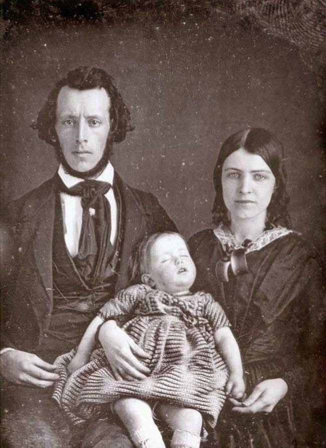 Chi tiết rùng rợn đằng sau bức ảnh gia đình và trào lưu chụp ảnh lạ lùng nhưng cực nổi tiếng ở Anh từ thời Nữ hoàng Victoria - Ảnh 12.