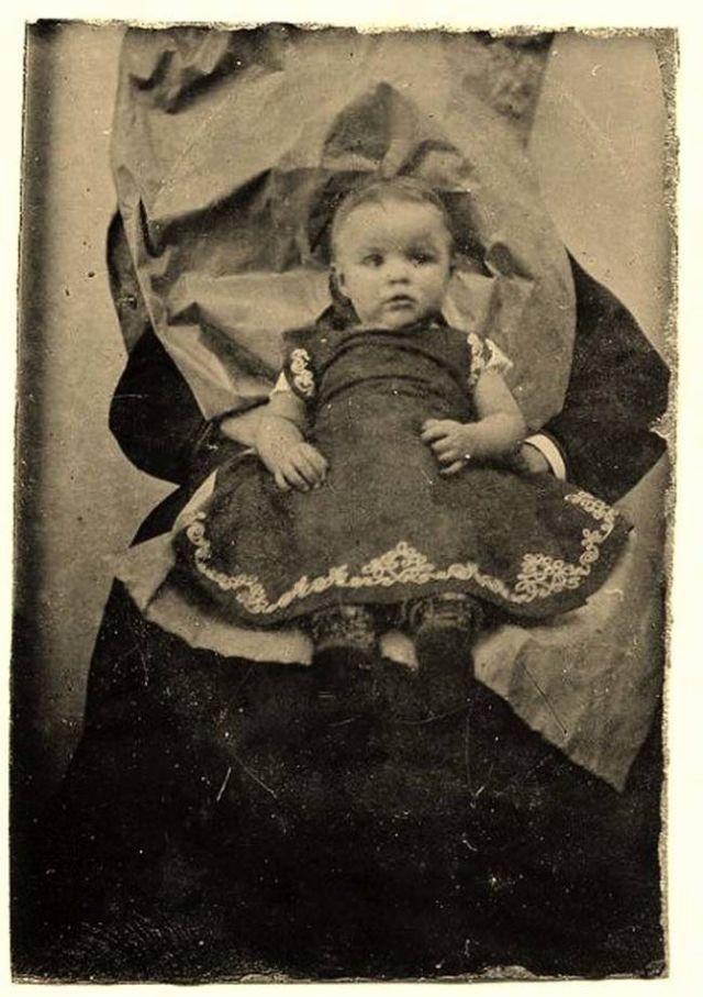 Chi tiết rùng rợn đằng sau bức ảnh gia đình và trào lưu chụp ảnh lạ lùng nhưng cực nổi tiếng ở Anh từ thời Nữ hoàng Victoria - Ảnh 13.