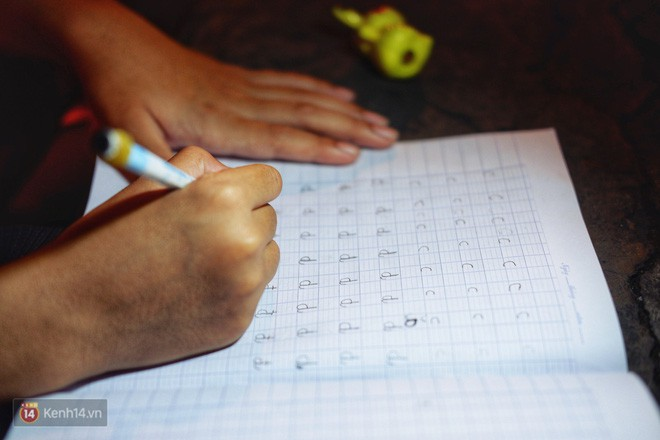 Phía sau bức ảnh cậu bé học bài trên vỉa hè cạnh chợ Bến Thành Sài Gòn: Không giấy tờ, không nhà cửa thì đi học làm sao... - Ảnh 5.