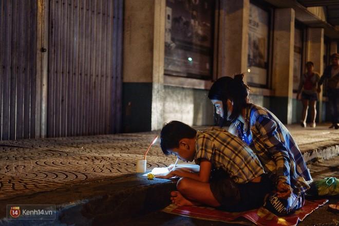 Phía sau bức ảnh cậu bé học bài trên vỉa hè cạnh chợ Bến Thành Sài Gòn: Không giấy tờ, không nhà cửa thì đi học làm sao... - Ảnh 6.