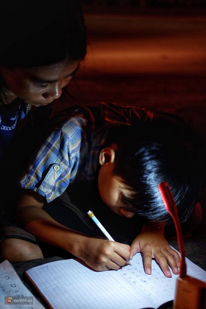 Phía sau bức ảnh cậu bé học bài trên vỉa hè cạnh chợ Bến Thành Sài Gòn: Không giấy tờ, không nhà cửa thì đi học làm sao... - Ảnh 8.