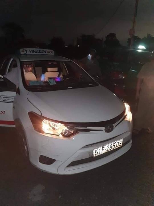 Tài xế taxi Vinasun bị cướp cứa cổ vẫn cố chạy đến gần nhà dân kêu cứu - Ảnh 2.