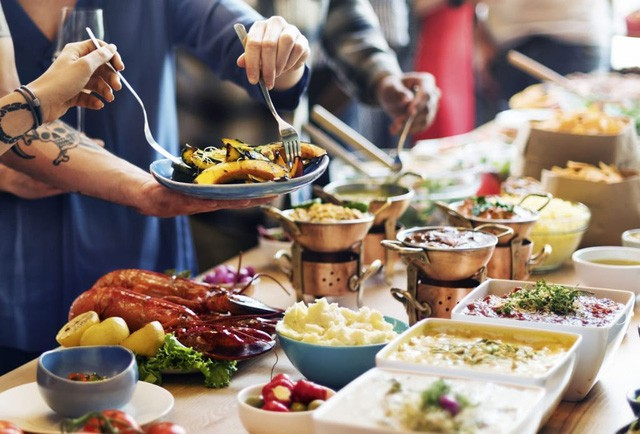 Người Việt vẫn bị chê thiếu văn minh khi ăn tiệc buffet, vậy đâu là cách ăn thật sang mà lại huề được vốn bỏ ra ban đầu? - Ảnh 1.