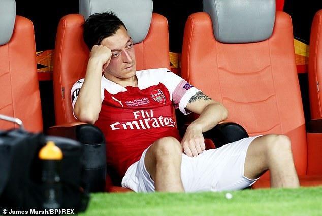 HLV Unai Emery bất ngờ tuyên bố: Mesut Ozil không phải để bán - Ảnh 1.