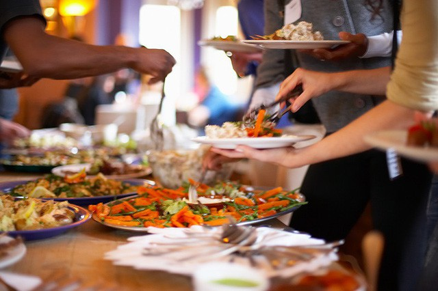 Người Việt vẫn bị chê thiếu văn minh khi ăn tiệc buffet, vậy đâu là cách ăn thật sang mà lại huề được vốn bỏ ra ban đầu? - Ảnh 3.
