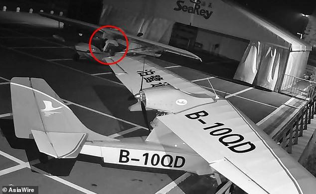 Nhân viên sân bay giật mình vì máy bay suýt bị đánh cắp, truy lùng được danh tính kẻ trộm thì ai cũng phát hoảng thốt lên tuổi trẻ tài cao - Ảnh 1.