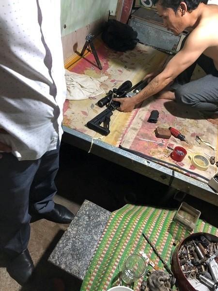 Từ vụ hỗn chiến phát hiện kho súng trong nhà 1 chủ nợ - Ảnh 2.