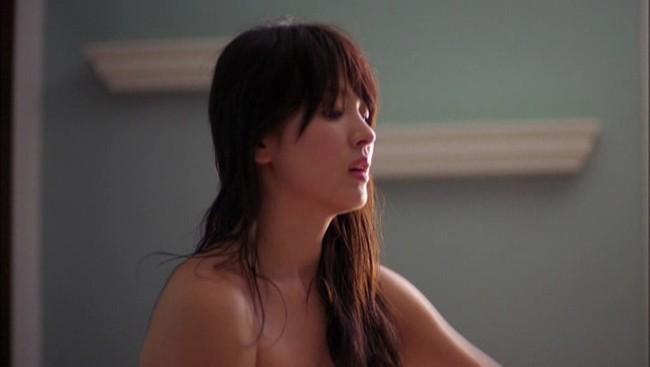 Đâu phải bây giờ mới táo bạo, Song Hye Kyo từng có những khoảnh khắc khoe vòng 1 đầy đặn nóng bỏng thế này cơ mà  - Ảnh 11.