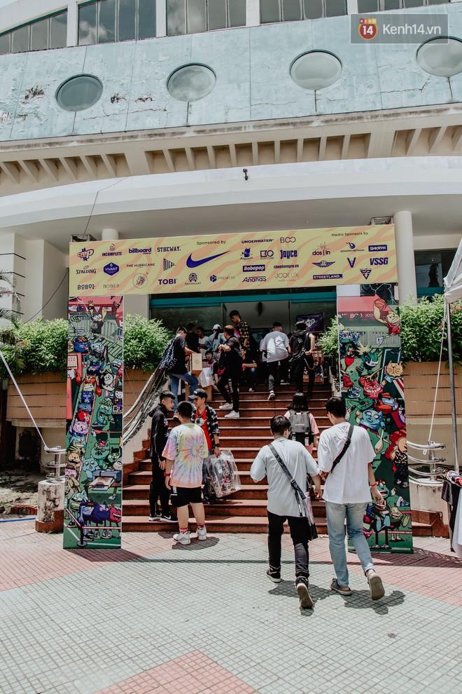 Mặc kệ nắng nóng, hàng ngàn bạn trẻ Sài Gòn vẫn rồng rắn xếp hàng để tham dự ngày hội sneaker lớn nhất trong năm - Ảnh 18.