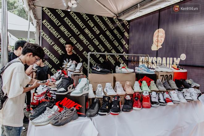 Mặc kệ nắng nóng, hàng ngàn bạn trẻ Sài Gòn vẫn rồng rắn xếp hàng để tham dự ngày hội sneaker lớn nhất trong năm - Ảnh 19.
