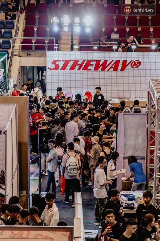 Mặc kệ nắng nóng, hàng ngàn bạn trẻ Sài Gòn vẫn rồng rắn xếp hàng để tham dự ngày hội sneaker lớn nhất trong năm - Ảnh 21.