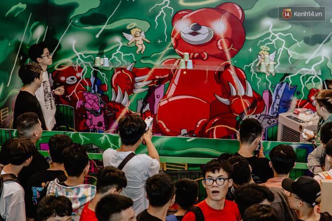 Mặc kệ nắng nóng, hàng ngàn bạn trẻ Sài Gòn vẫn rồng rắn xếp hàng để tham dự ngày hội sneaker lớn nhất trong năm - Ảnh 22.