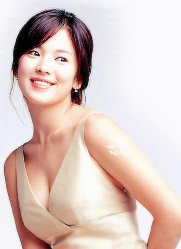 Đâu phải bây giờ mới táo bạo, Song Hye Kyo từng có những khoảnh khắc khoe vòng 1 đầy đặn nóng bỏng thế này cơ mà  - Ảnh 4.