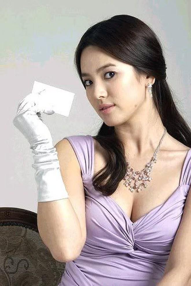 Đâu phải bây giờ mới táo bạo, Song Hye Kyo từng có những khoảnh khắc khoe vòng 1 đầy đặn nóng bỏng thế này cơ mà  - Ảnh 6.