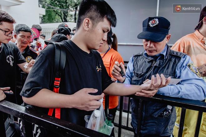 Mặc kệ nắng nóng, hàng ngàn bạn trẻ Sài Gòn vẫn rồng rắn xếp hàng để tham dự ngày hội sneaker lớn nhất trong năm - Ảnh 6.