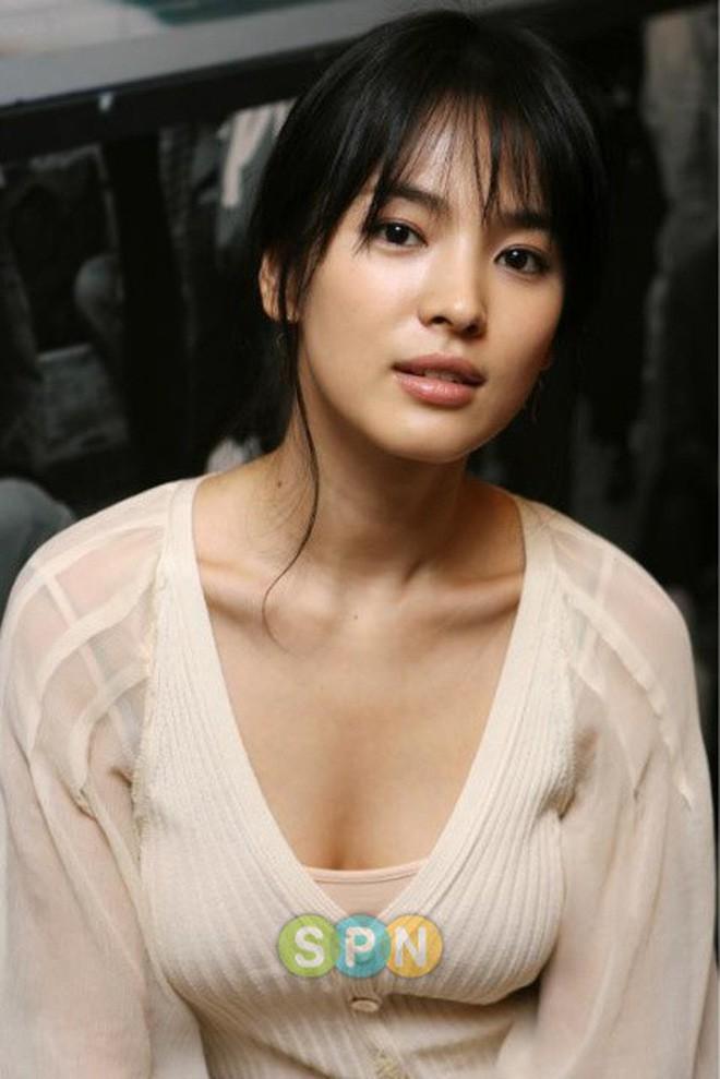 Đâu phải bây giờ mới táo bạo, Song Hye Kyo từng có những khoảnh khắc khoe vòng 1 đầy đặn nóng bỏng thế này cơ mà  - Ảnh 7.