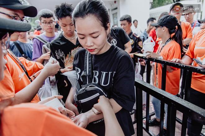 Mặc kệ nắng nóng, hàng ngàn bạn trẻ Sài Gòn vẫn rồng rắn xếp hàng để tham dự ngày hội sneaker lớn nhất trong năm - Ảnh 7.