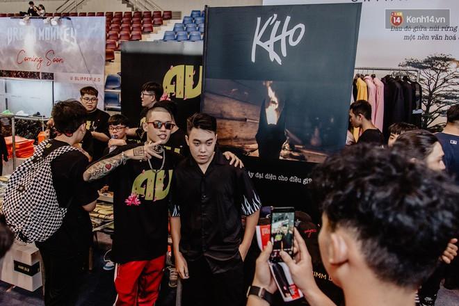 Mặc kệ nắng nóng, hàng ngàn bạn trẻ Sài Gòn vẫn rồng rắn xếp hàng để tham dự ngày hội sneaker lớn nhất trong năm - Ảnh 9.