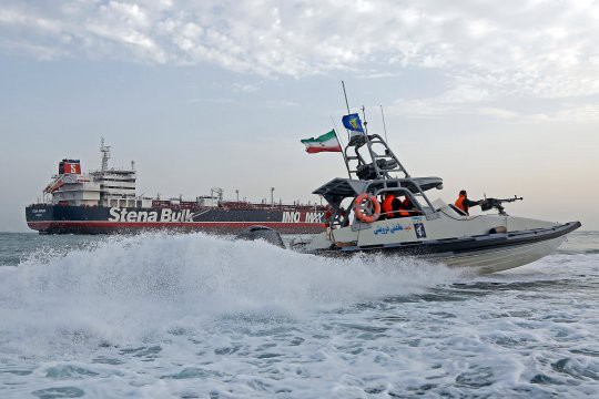 Thách thức trực diện: Tehran hạ cờ Anh, giương quốc kỳ Iran trên tàu dầu chiến lợi phẩm - Ảnh 3.