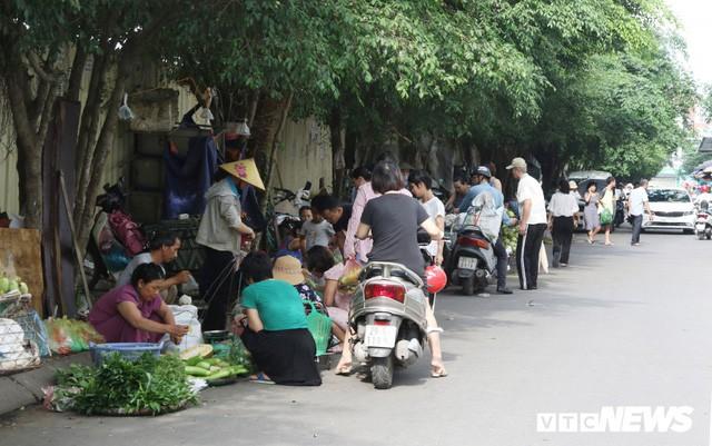 Hình ảnh xấu xí, nhếch nhác như ở chợ quê ngay tại khu đô thị kiểu mẫu Thủ đô - Ảnh 1.