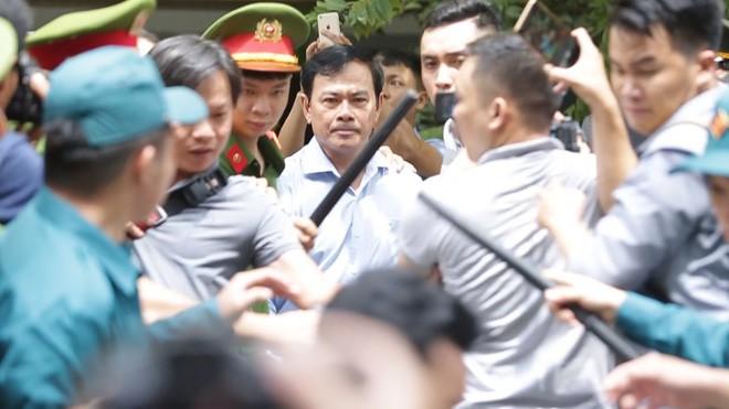 Không đủ cơ sở kết luận bàn tay trái của ông Nguyễn Hữu Linh chạm vào vùng nhạy cảm bé gái  - Ảnh 1.