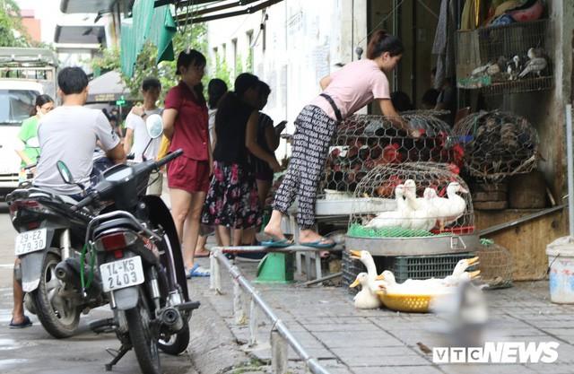 Hình ảnh xấu xí, nhếch nhác như ở chợ quê ngay tại khu đô thị kiểu mẫu Thủ đô - Ảnh 3.