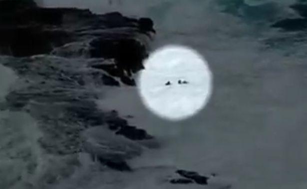 Khoảnh khắc thót tim: Bất chấp cảnh báo, cặp đôi vô tư chụp ảnh trên vách đá rồi bị sóng đánh sấp mặt, chới với dưới nước kêu cứu - Ảnh 2.