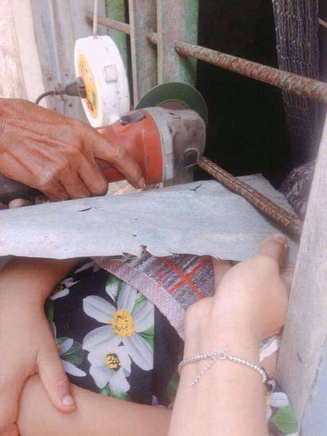 Chơi dại chui đầu qua song sắt, cô bé khiến người lớn phải dùng biện pháp mạnh để cứu - Ảnh 4.