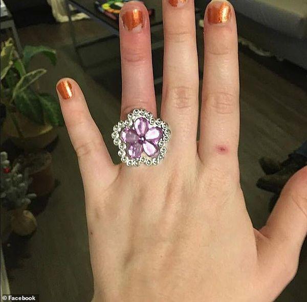Bán nhà để mua nhẫn đính hôn kim cương cho vợ sắp cưới, người đàn ông bị ném đá thậm tệ - Ảnh 1.