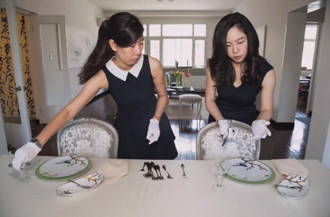 Cận cảnh lớp học trị giá 16 nghìn USD của chị em nhà giàu chỉ để biết cách ngồi bàn, ăn chuối sao cho quý tộc - Ảnh 5.