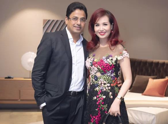 Lần hiếm hoi chồng Ấn Độ, gắn bó suốt 25 năm đi sự kiện cùng Hoa hậu Diệu Hoa - Ảnh 1.