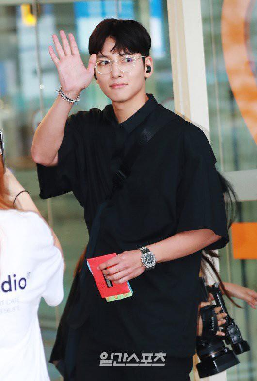 Tài tử Hoàng hậu Ki Ji Chang Wook đẹp trai ngỡ ngàng tại sân bay Hàn, chuẩn bị đến Hà Nội trong vài tiếng nữa - Ảnh 4.