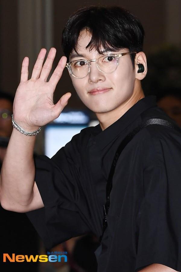 Tài tử Hoàng hậu Ki Ji Chang Wook đẹp trai ngỡ ngàng tại sân bay Hàn, chuẩn bị đến Hà Nội trong vài tiếng nữa - Ảnh 6.
