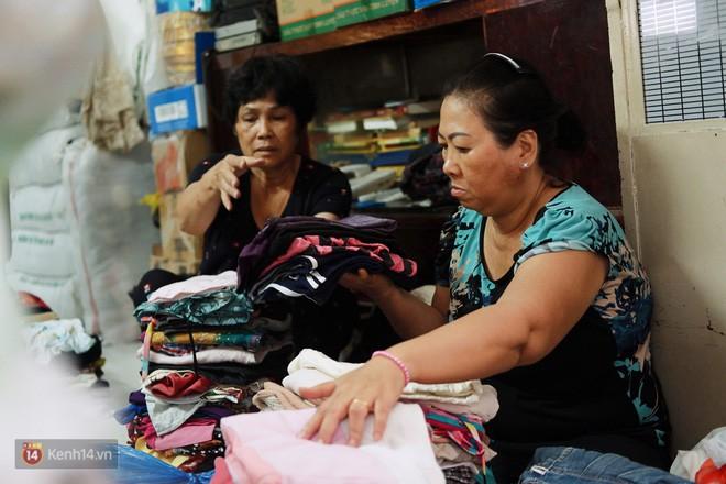 Chuyện 2 bà Bông - Hoa cuối đời rủ nhau góp áo làm từ thiện: Lên Sài Gòn thăm cháu, thấy bà sui làm nên mình làm theo cho đến giờ - Ảnh 7.
