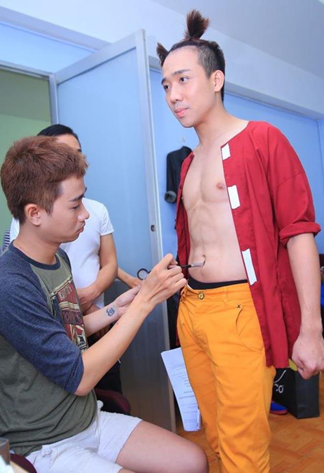 Những lần cởi áo khoe bụng hài hước của MC Trấn Thành - Ảnh 3.