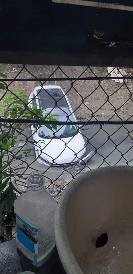 Chiếc ô tô trắng lao xuống mương khiến dân mạng hoang mang không rõ lí do - Ảnh 1.