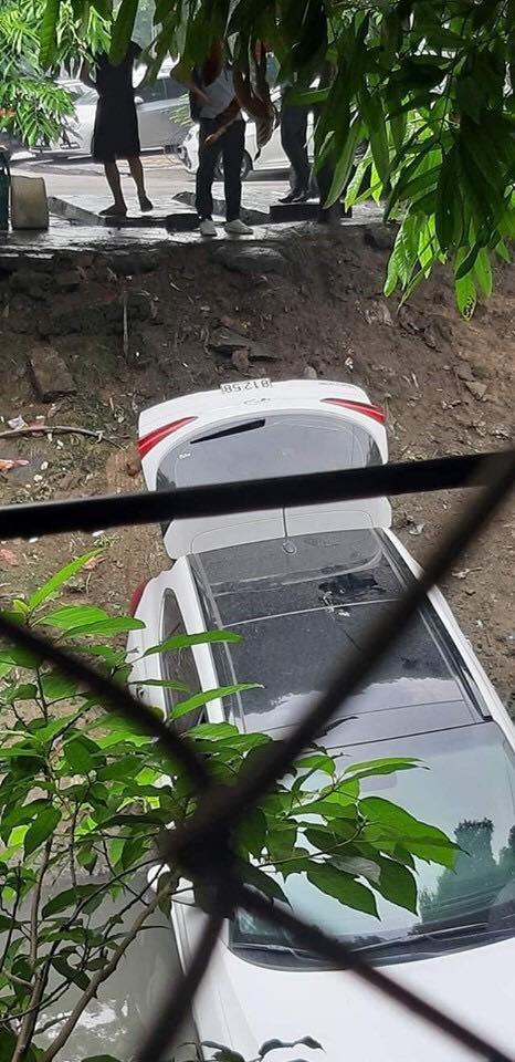 Chiếc ô tô trắng lao xuống mương khiến dân mạng hoang mang không rõ lí do - Ảnh 3.