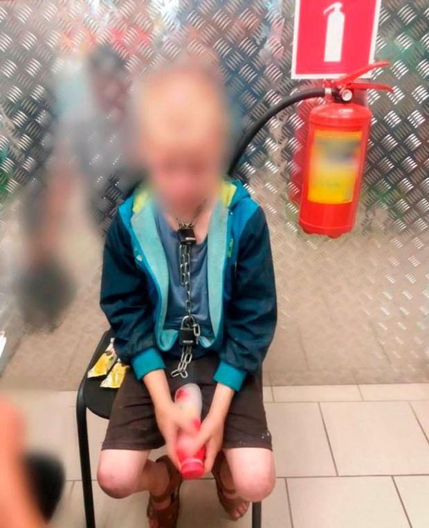 Phát hiện đứa trẻ 10 tuổi bị xích cổ, đói lả, nhân viên siêu thị báo cảnh sát và phát hiện sự thật động trời sau cánh cửa nhà doanh nhân giàu có - Ảnh 1.