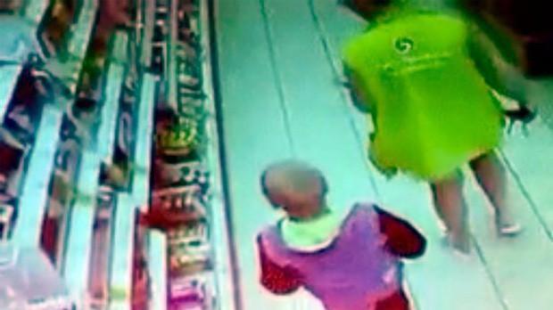 Phát hiện đứa trẻ 10 tuổi bị xích cổ, đói lả, nhân viên siêu thị báo cảnh sát và phát hiện sự thật động trời sau cánh cửa nhà doanh nhân giàu có - Ảnh 4.