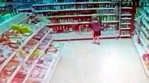 Phát hiện đứa trẻ 10 tuổi bị xích cổ, đói lả, nhân viên siêu thị báo cảnh sát và phát hiện sự thật động trời sau cánh cửa nhà doanh nhân giàu có - Ảnh 5.