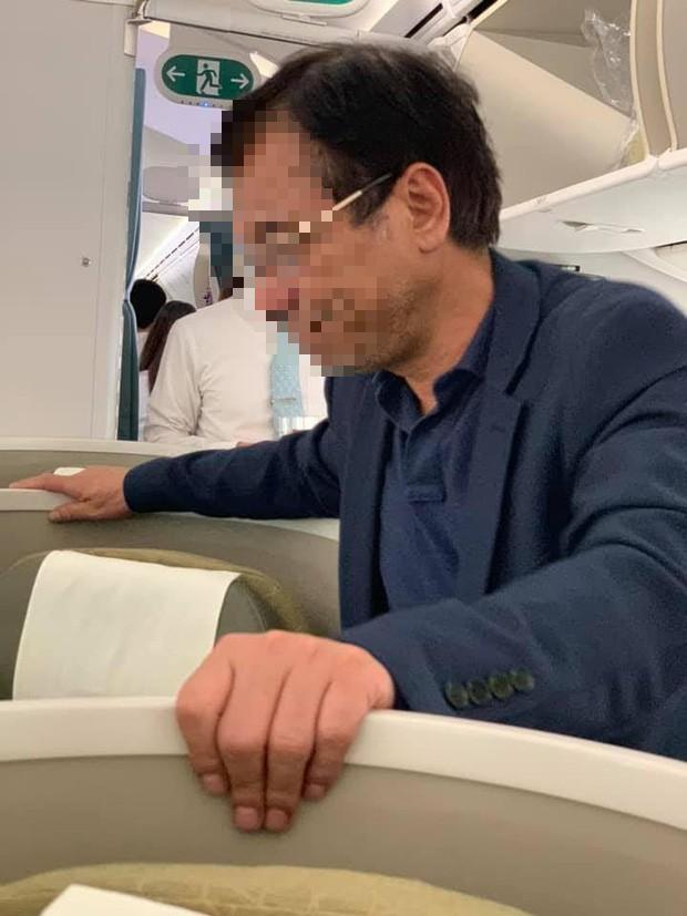 Đại gia bất động sản sờ vào vai rồi lần xuống phía sườn của nữ hành khách trên máy bay Vietnam Airlines - Ảnh 1.
