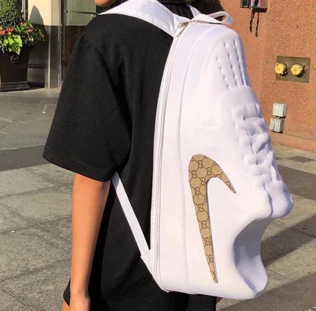 Mang chiếc balo hình chiếc giày siêu to khổng lồ đến trường, nam sinh bị hàng trăm nghìn người réo tên để xin info balo vì quá chất - Ảnh 1.